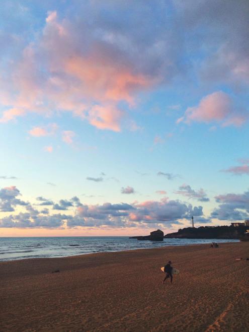 Grande-Plage-Surfer-Phare-Sunset